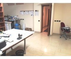 Bell'ufficio a piano terra ben attrezzato