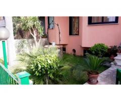 Villino angolare in residence con ampio giardino e terrazzo